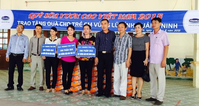 Vinamilk ủng hộ trẻ em Quảng Ninh bị ảnh hưởng thiệt hại sau mưa lũ - anh 1