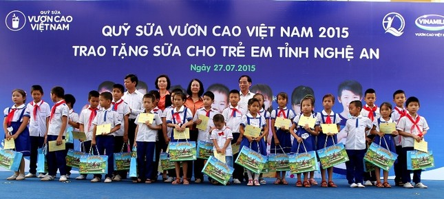 Vinamilk ủng hộ trẻ em Quảng Ninh bị ảnh hưởng thiệt hại sau mưa lũ - anh 2