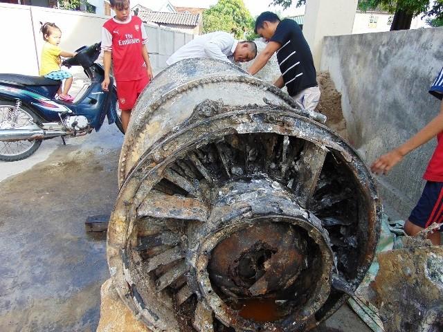 Bảo tàng Hà Tĩnh: Tiếp nhận phần động cơ máy bay F-8 của Mỹ bị rơi trên biển - anh 1