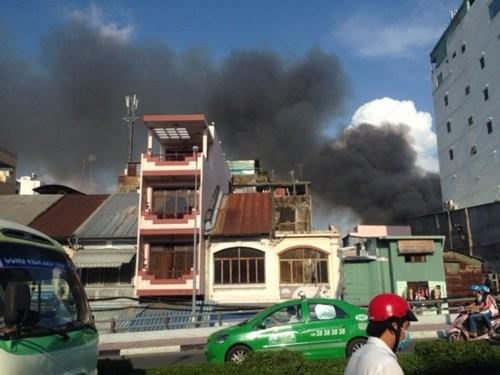 Cháy lớn ở trung tâm Sài Gòn, hàng trăm gia đình tháo chạy - ảnh 1