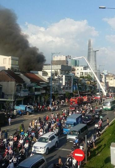 Cháy lớn ở trung tâm Sài Gòn, hàng trăm gia đình tháo chạy - ảnh 2