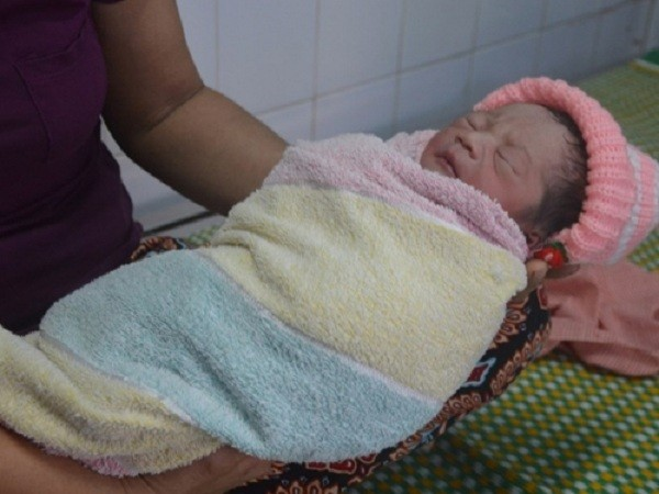 Bé sơ sinh chưa cắt rốn bị bỏ trong bao nilon ven đường - ảnh 1