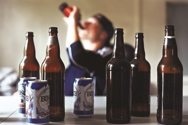 Điều gì khiến con người khó từ bỏ được rượu bia, thuốc lá? - ảnh 1