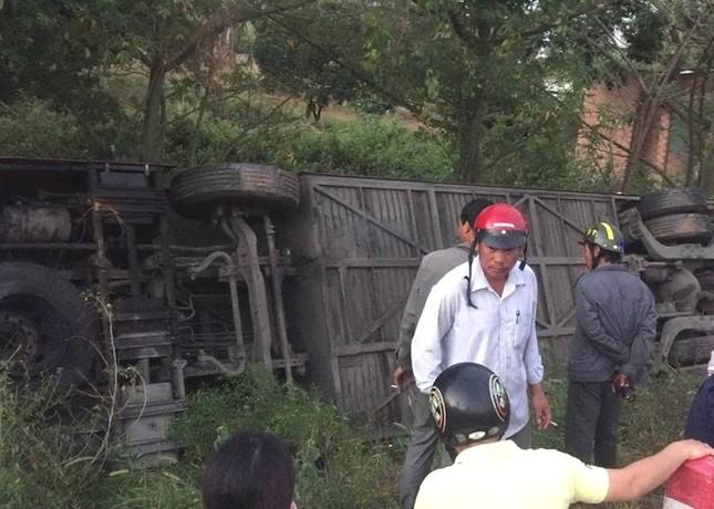 Xe khách Phương Trang rơi xuống hố, hàng chục người kêu cứu - ảnh 1