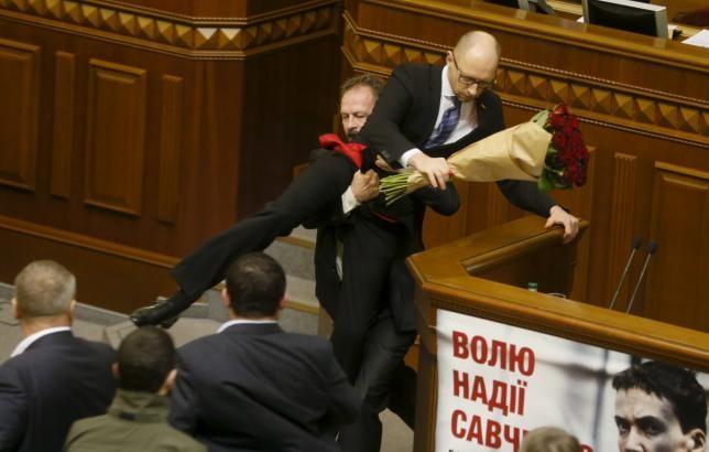 Thủ tướng Ukraine bị nhấc bổng tại phiên họp Quốc hội - ảnh 1