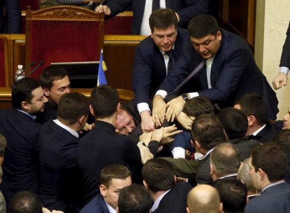 Thủ tướng Ukraine bị nhấc bổng tại phiên họp Quốc hội - ảnh 2