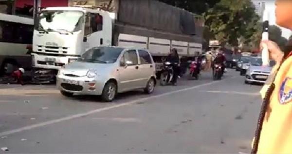 Hà Nội: Người đàn ông ngã ra đường bị xe tải chèn qua - ảnh 1