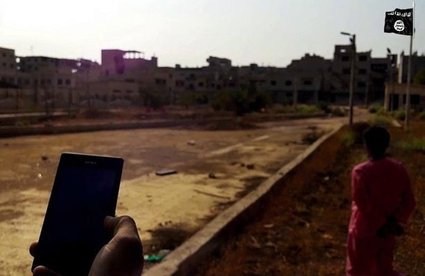Phiến quân IS xử tử tù nhân bằng bom kích hoạt qua điện thoại - ảnh 1