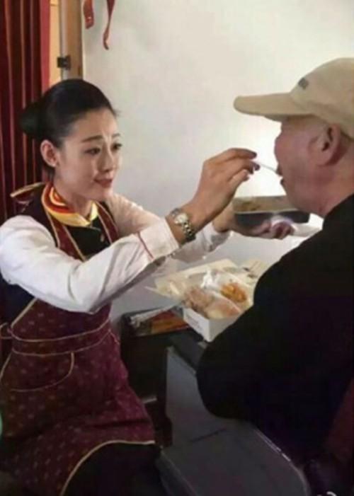 Nữ tiếp viên được tôn vinh vì quỳ gối cho khách tàn tật ăn - ảnh 1