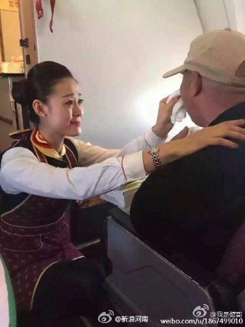 Nữ tiếp viên được tôn vinh vì quỳ gối cho khách tàn tật ăn - ảnh 3