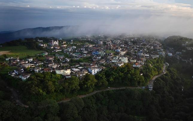 Khám phá cuộc sống ở ngôi làng mưa nhiều nhất hành tinh - ảnh 1