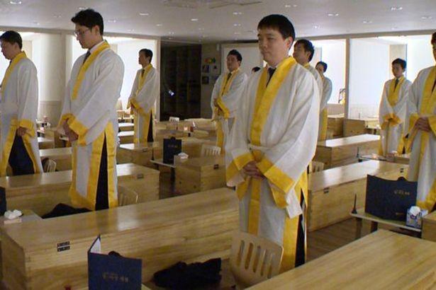 Người Hàn Quốc kéo nhau đi trải nghiệm cái chết trong quan tài - ảnh 2