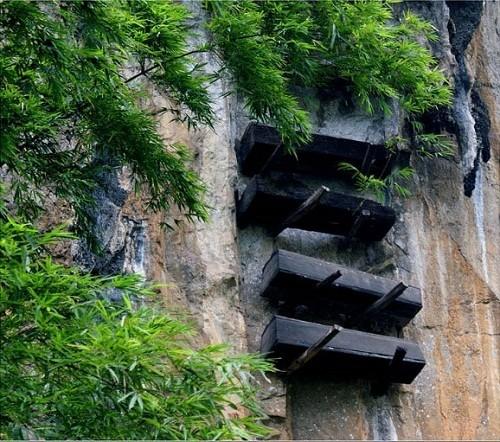 Phát hiện hàng trăm quan tài cổ treo trên vách đá ở Trung Quốc - ảnh 2