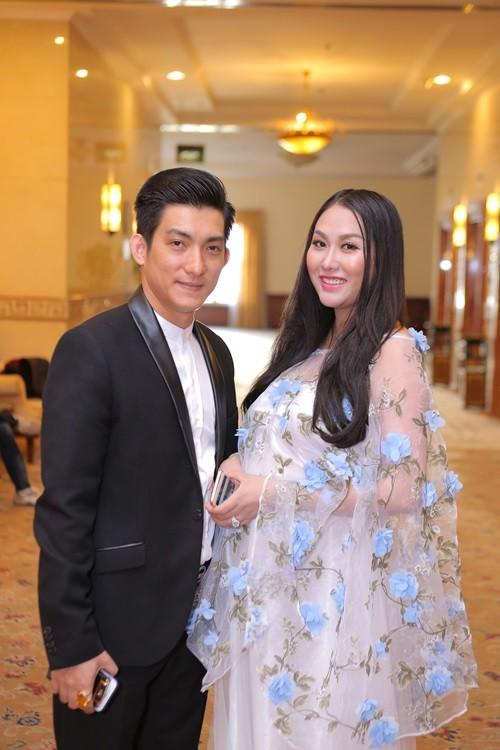 Phi Thanh Vân bụng bầu 'vượt mặt' cùng chồng đi sự kiện - ảnh 2