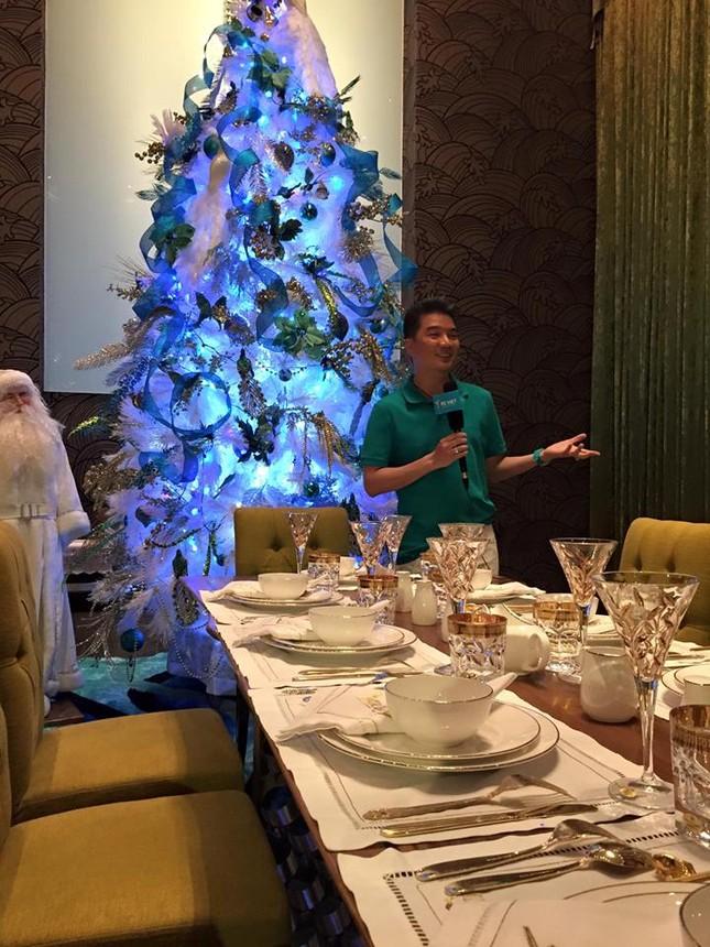 Người dân xếp hàng vào thăm biệt thự 60 tỷ của Mr Đàm dịp Noel - ảnh 1