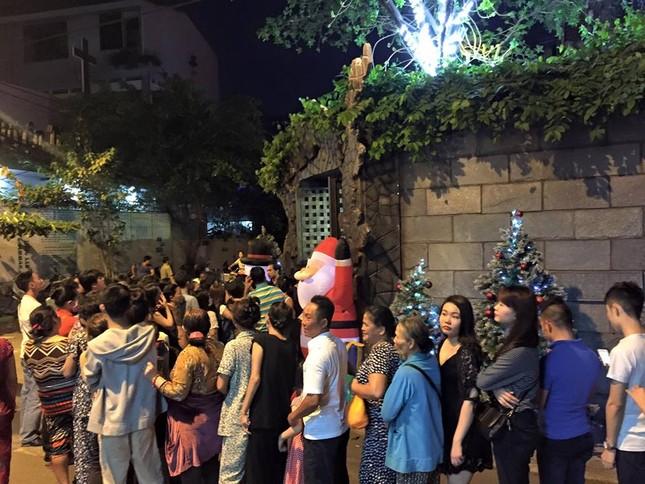 Người dân xếp hàng vào thăm biệt thự 60 tỷ của Mr Đàm dịp Noel - ảnh 3