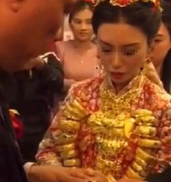 Cô dâu suýt 'gãy cổ' vì vàng gây xôn xao Trung Quốc - ảnh 1
