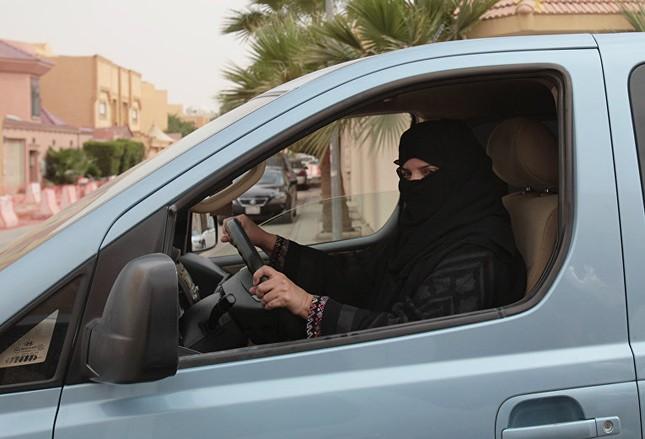 Cuộc sống bí ẩn của phụ nữ ở quốc gia bị cấm lái xe ô tô - ảnh 4