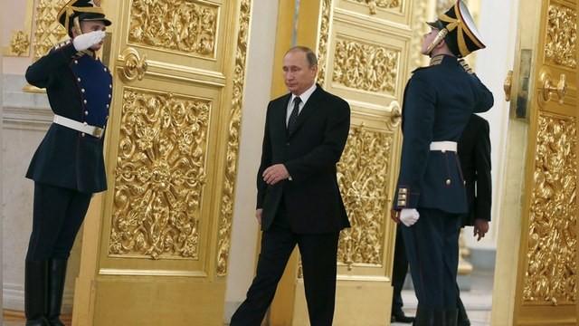 Vì sao dáng đi 'dị biệt' của ông Putin lại gây sốt ở Điện Kremlin? - ảnh 1