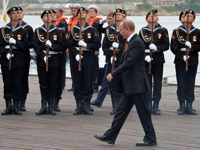 Vì sao dáng đi 'dị biệt' của ông Putin lại gây sốt ở Điện Kremlin? - ảnh 2