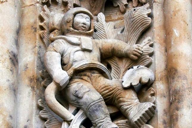 Giải mã bí ẩn bức tượng phi hành gia ở nhà thờ cổ 300 năm tuổi - ảnh 1