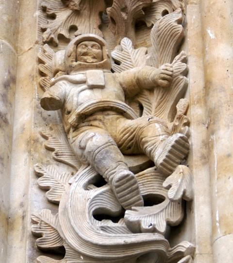 Giải mã bí ẩn bức tượng phi hành gia ở nhà thờ cổ 300 năm tuổi - ảnh 2