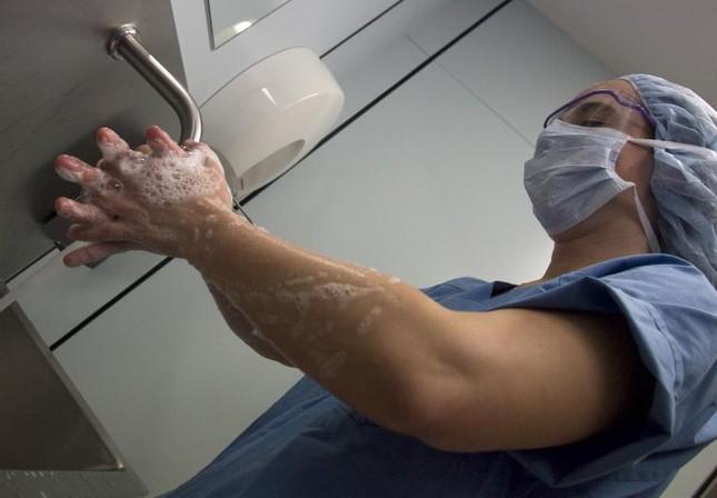 Rửa vết thương bằng nước muối sẽ tốt hơn dùng xà phòng - ảnh 1