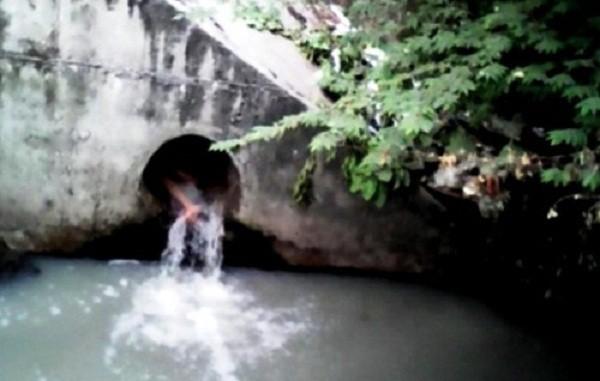 Thiếu nữ la hét, lấy gạch đập đầu chui vào cống nước thải - ảnh 1