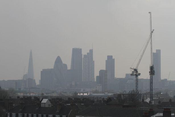 Nước Anh báo động vì mưa máu và sương độc - ảnh 1