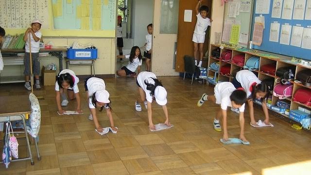 Bài học đặc biệt từ việc tự vệ sinh lớp học của trẻ em Nhật - ảnh 1