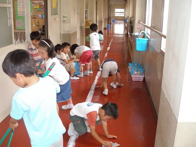 Bài học đặc biệt từ việc tự vệ sinh lớp học của trẻ em Nhật - ảnh 2