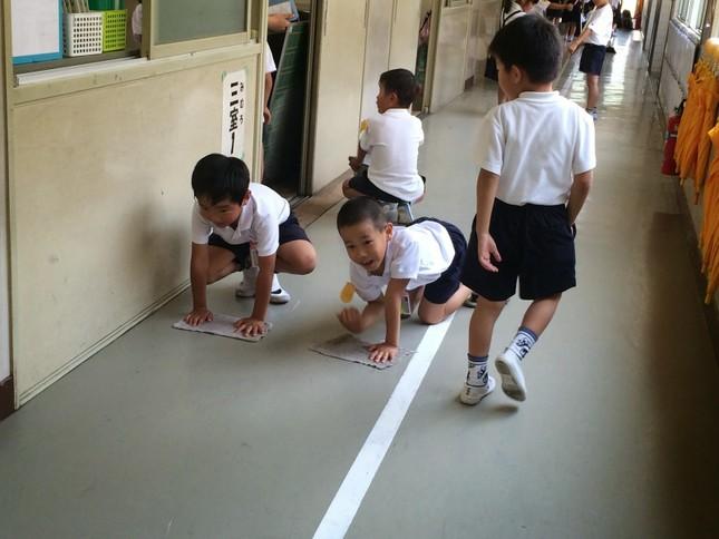 Bài học đặc biệt từ việc tự vệ sinh lớp học của trẻ em Nhật - ảnh 3