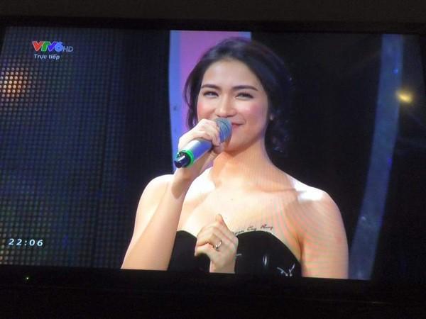 Hòa Minzy lộ hình xăm tên Công Phượng ngay trên sóng truyền hình - ảnh 1