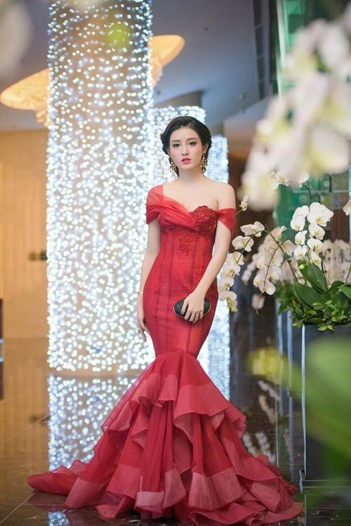Huyền My, Hoàng Thùy Linh đọ dáng sexy bất chấp giá lạnh - ảnh 2