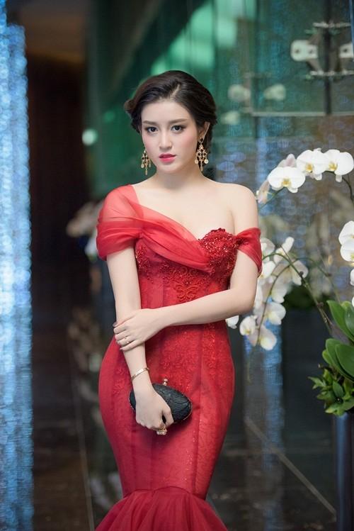 Huyền My, Hoàng Thùy Linh đọ dáng sexy bất chấp giá lạnh - ảnh 3