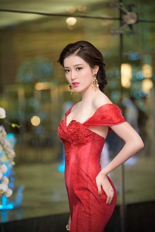 Huyền My, Hoàng Thùy Linh đọ dáng sexy bất chấp giá lạnh - ảnh 4
