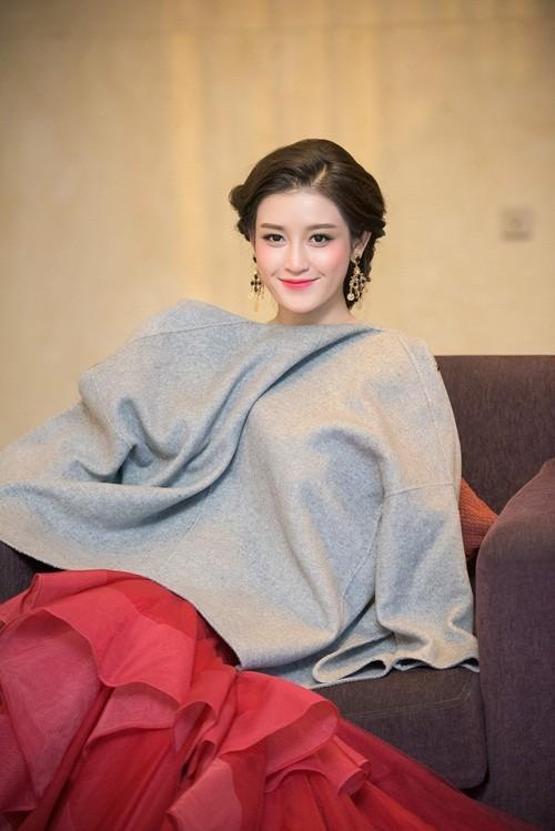 Huyền My, Hoàng Thùy Linh đọ dáng sexy bất chấp giá lạnh - ảnh 5