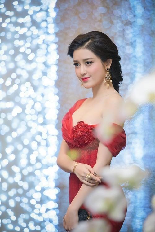 Huyền My, Hoàng Thùy Linh đọ dáng sexy bất chấp giá lạnh - ảnh 7