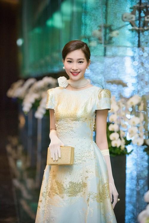 Huyền My, Hoàng Thùy Linh đọ dáng sexy bất chấp giá lạnh - ảnh 12