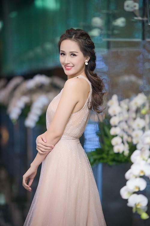 Huyền My, Hoàng Thùy Linh đọ dáng sexy bất chấp giá lạnh - ảnh 11
