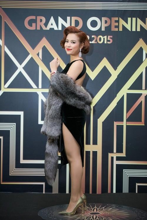 Huyền My, Hoàng Thùy Linh đọ dáng sexy bất chấp giá lạnh - ảnh 8