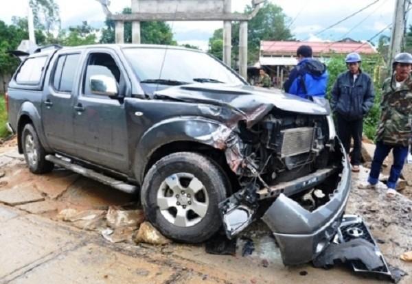 Tàu hỏa tông xe ôtô nát đầu, 5 thanh niên suýt chết - ảnh 1