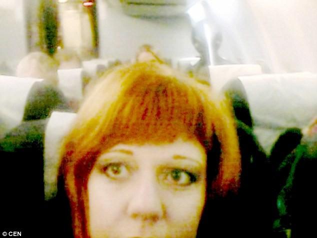 Vô tình chụp được ảnh 'người ngoài hành tinh' trên máy bay - ảnh 1