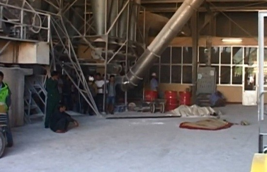 Một công nhân bị cuốn vào máy xay bột tử vong - ảnh 1