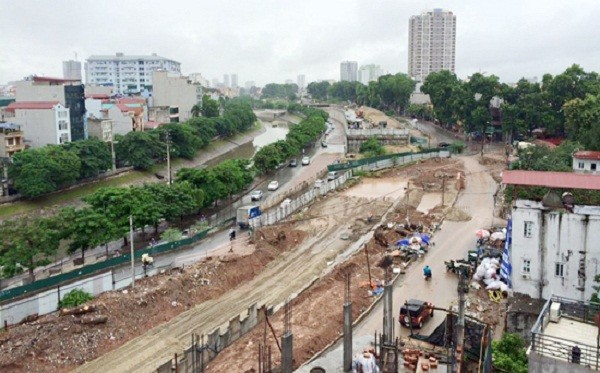 Hà Nội: Hàng chục cây cổ thụ bị chặt để làm đường - ảnh 1