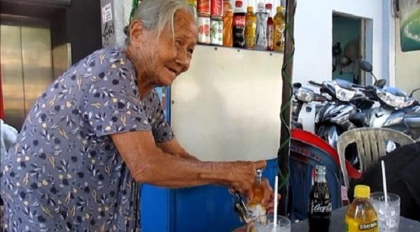 Cụ bà gần 90 tuổi bán nước dạo nói được 4 ngoại ngữ - ảnh 1