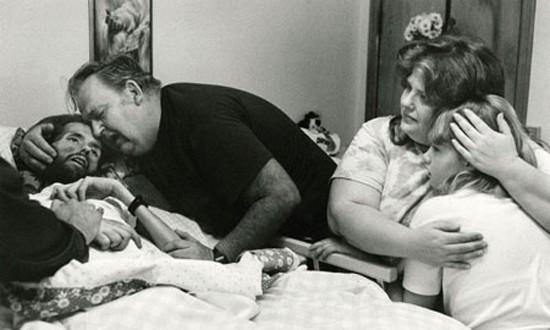 Bức ảnh nổi tiếng khiến nhân loại thay đổi quan niệm về bệnh AIDS - ảnh 1