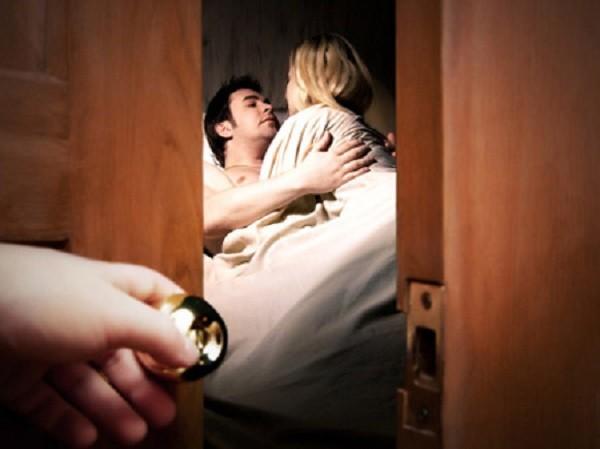 Dấu hiệu chồng bạn rơi vào bẫy ngoại tình - ảnh 1