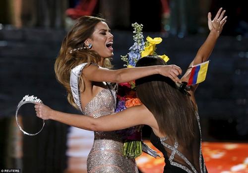 Tân Hoa hậu Hoàn vũ 2015 xin lỗi Hoa hậu Colombia - ảnh 1