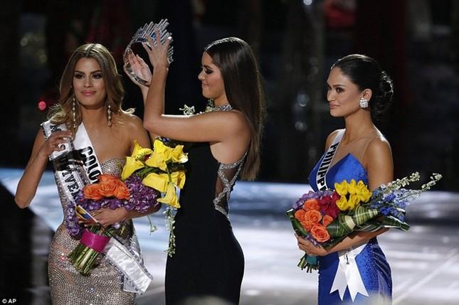 Cười bò loạt ảnh chế sự cố trao nhầm vương miện Hoa hậu hoàn vũ 2015 - ảnh 1